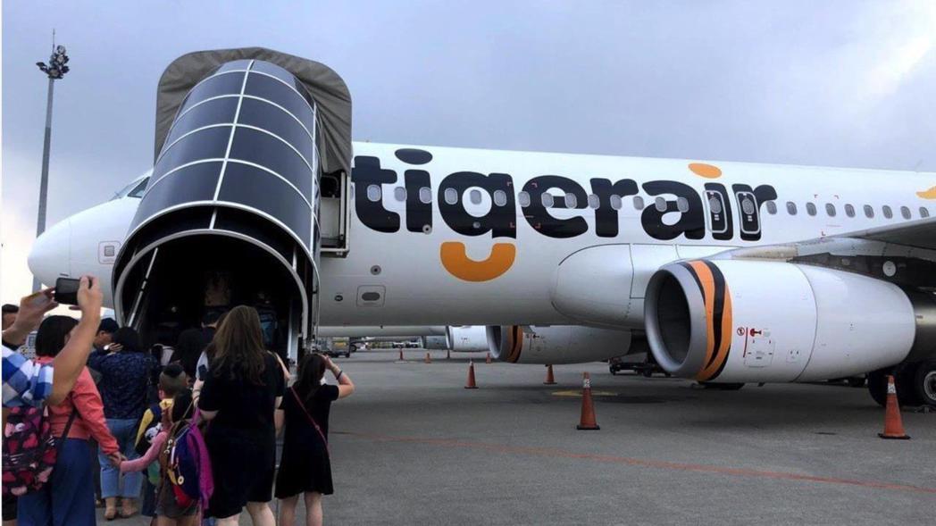 台灣虎航證實自家空服員在機上使用行動電源。非新聞當事人。 報系資料照