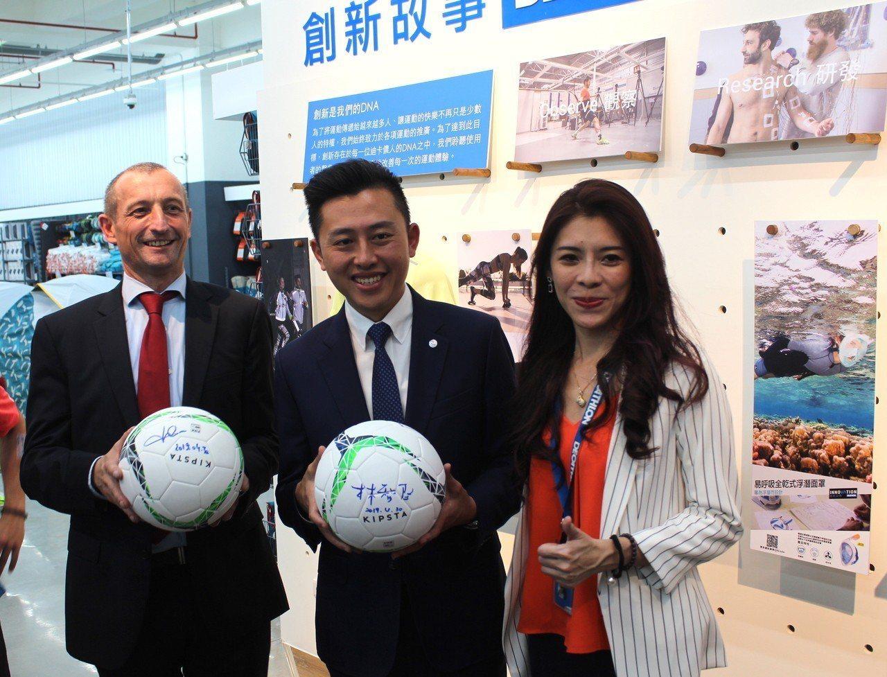 台灣迪卡儂CEO紀杰夫(左)與新竹市長林智堅(右)交換簽名足球。記者張雅婷/攝影
