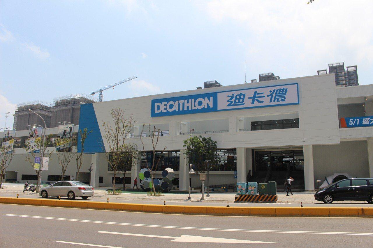 迪卡儂新竹店明天開幕,2樓賣場空間佔地1500坪,3樓還有1800坪的運動空間。...