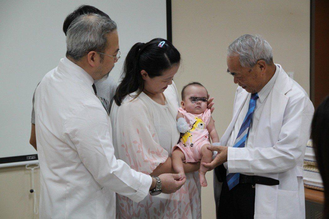 茂盛醫院院長李茂盛(右)致贈紅包1萬元做為女嬰的教育基金。記者黃寅/攝影