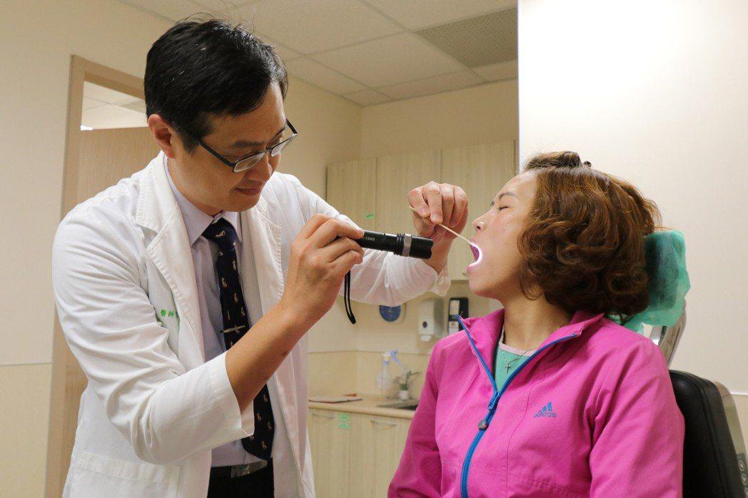 亞洲大學附屬醫院耳鼻喉部醫師鄒永恩指出,患者因長期大量飲酒,大量消耗或抑制維生素...