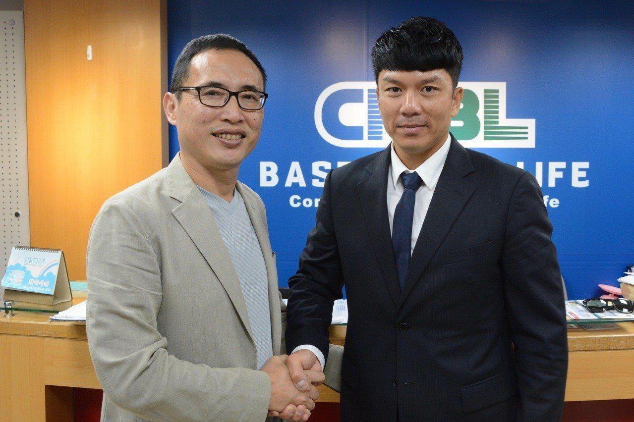 中信兄弟球員周思齊(右)、領隊劉志威。 報系資料照