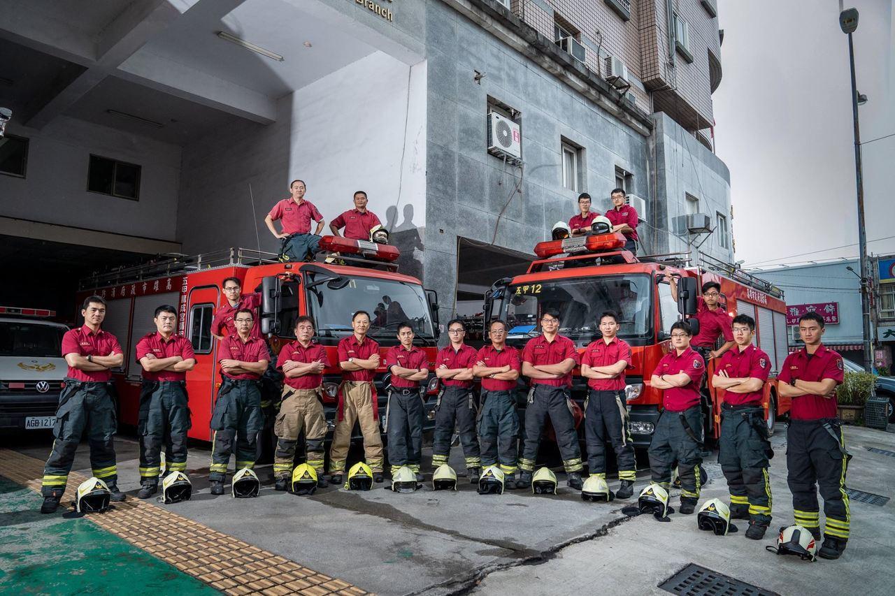 高市消防局五甲分隊隊員,近期拍攝宣導照片,搭配防火防災知識宣導標語、「撩妹金句」...