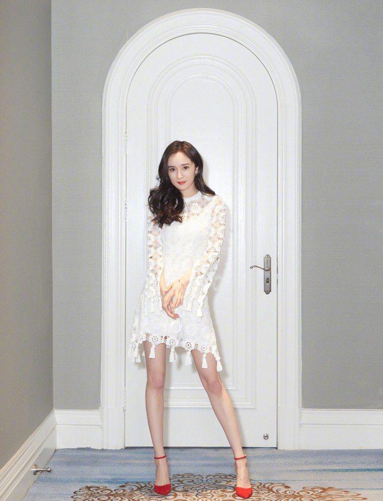 楊冪身穿Chloé蕾絲小洋裝,演繹浪漫仙氣。圖/取自微博