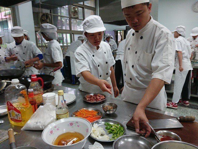 原本就對烹飪有興趣的陳瑩珊(左),也因在牛排攤位工作,決定學習更多烹飪技術,進而...