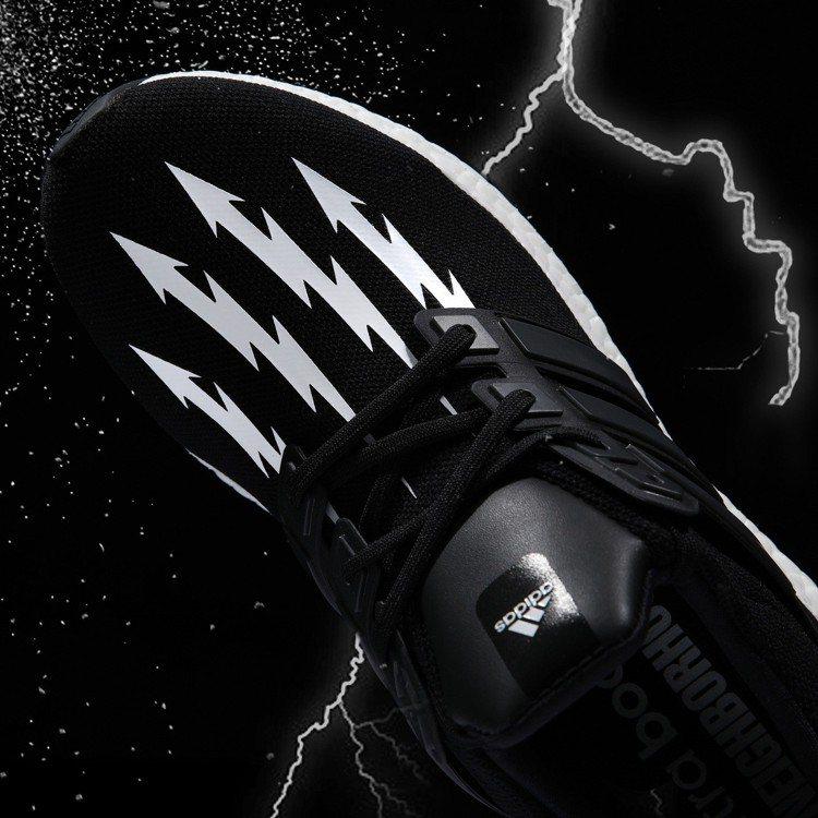 強烈的黑白對比將Neighborhood標誌性的「閃電箭頭」設計注入鞋面。圖/a...
