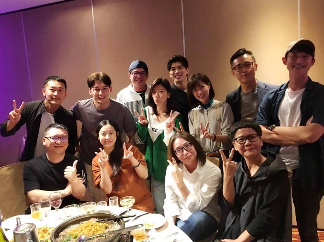 「我們與惡的距離」團隊舉辦慶功宴。圖/摘自臉書
