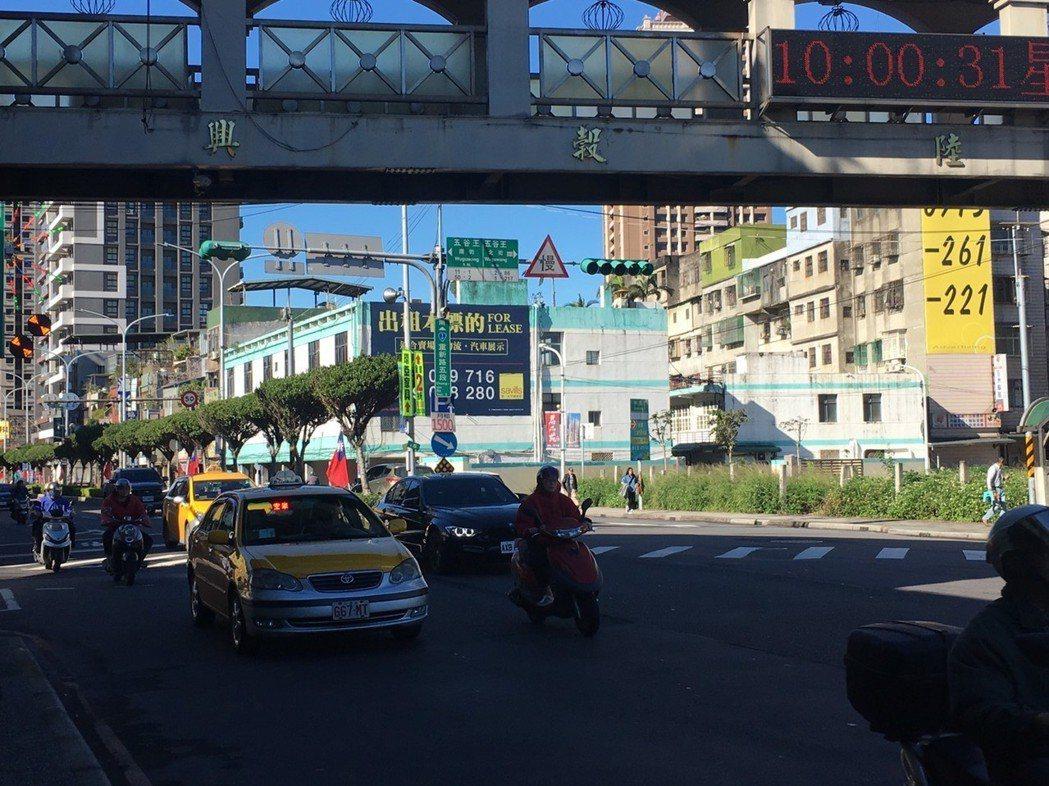 三重區重新路五段與五谷王北街口肇事多的其中一點原因為,往新莊方向號誌遭天橋遮蔽。...