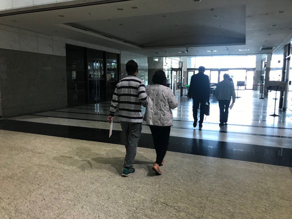 嘉義市呂陳姓樁腳(左二)去年選舉期間涉嫌幫已故嘉義市議員廖天隆買票,嘉義地方法院今天宣判緩刑3年、褫奪公權3年,並應於本判決確定之日起1年內,向公庫支付5萬元。記者姜宜菁/攝影