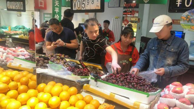 今年的春節產自南美的車厘子(櫻桃)成為全中國市場最搶手的進口水果,隨著進口擴大,...