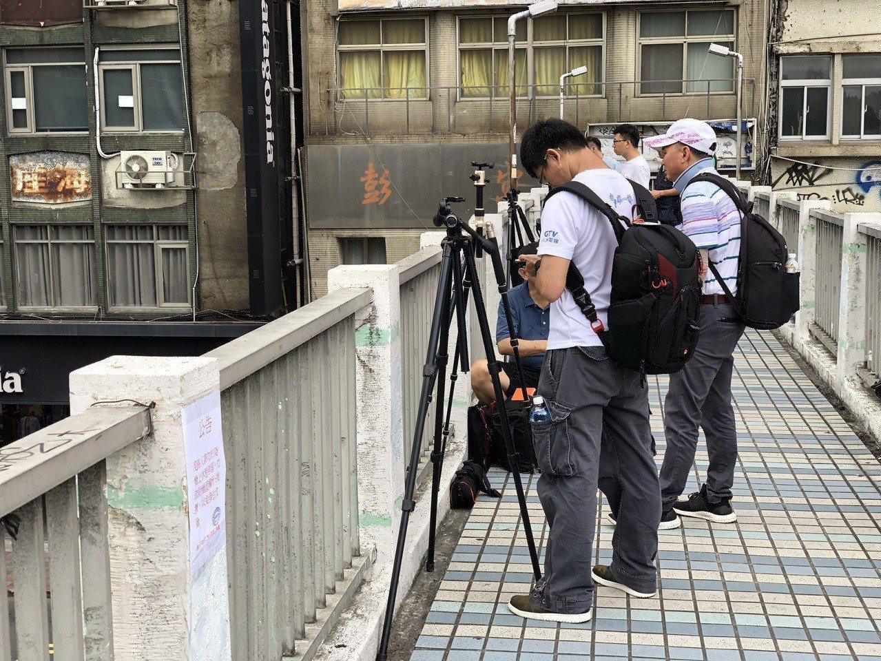 下午2時,就有眾多民眾為了拍攝懸日,在忠孝西路及中山南路口的天橋上聚集。記者劉柏...