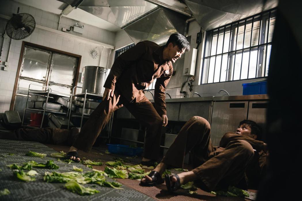 片中監獄連場打群架火爆場面。圖/華映提供