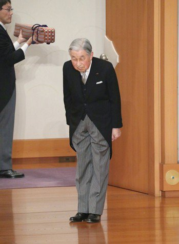 最後的一鞠躬:日本明仁天皇30日正式退位後,離開舉行儀式的東京皇居正殿「松之間」...