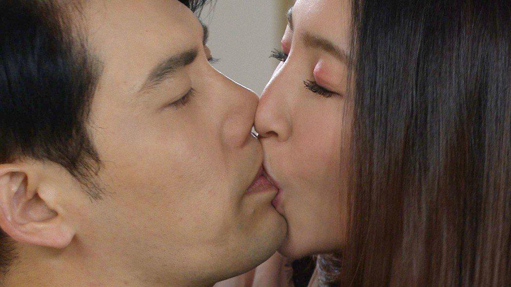余秉諺(右)、張家瑋在「大時代」戲中飾演夫妻,吻戲很驚人。。圖/民視提供