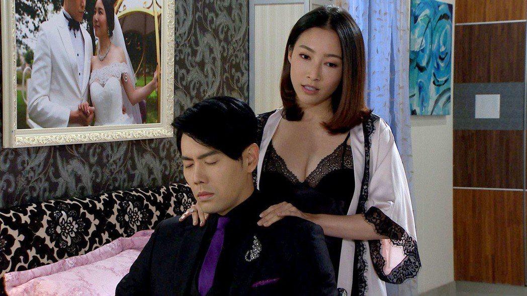 張家瑋在「大時代」戲中穿爆乳蕾絲睡衣色誘余秉諺。圖/民視提供