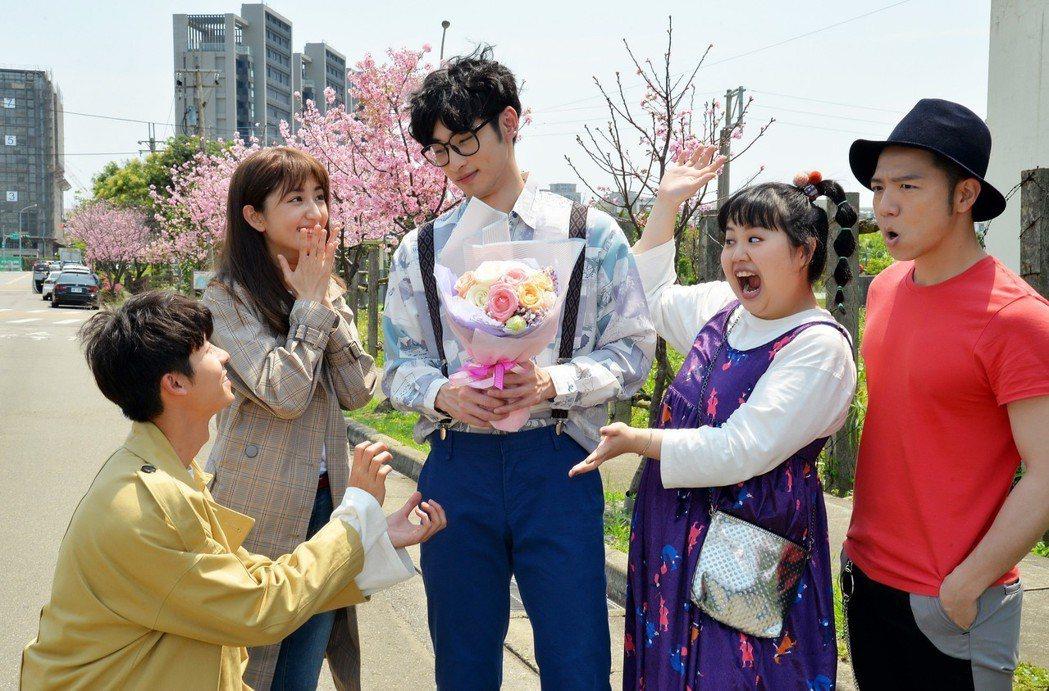 許光漢(左起)、柯佳嬿拍攝求婚戲,適逢章廣辰殺青,也搞笑下跪求婚,大文、大飛一旁...