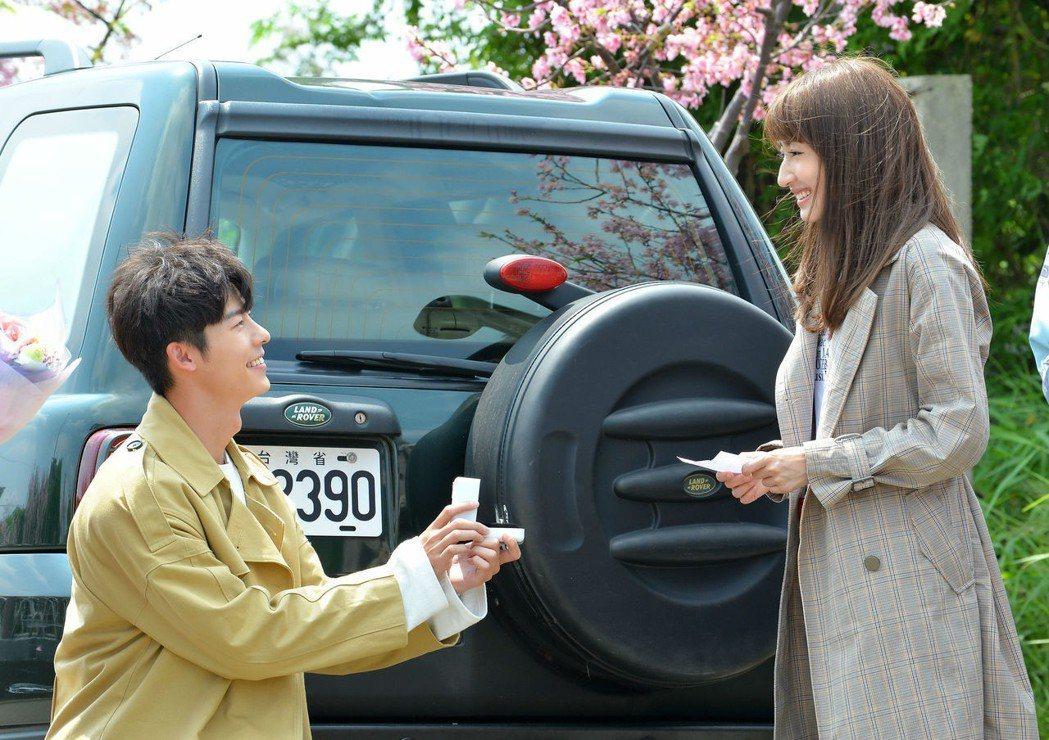 柯佳嬿(右)、許光漢拍攝「想見你」求婚戲,櫻花樹下下跪獻花畫面超浪漫。圖/福斯傳...