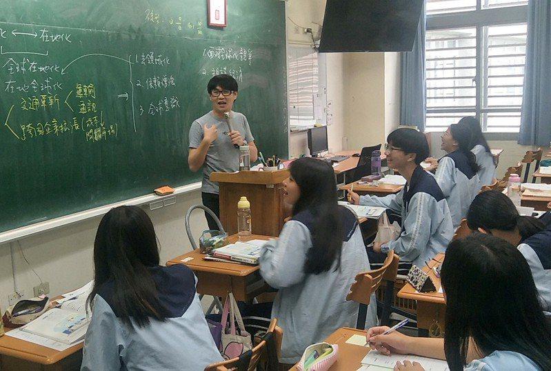 教育部「台灣學生成就長期追蹤計畫」,每年撥一千萬元經費,針對末屆舊課綱學生及首屆新課綱學生,分別抽樣200校、6000名七年級生,在每年5、6月抽考國、英、數、自、社等5科任意2科,記錄且對照新舊課綱學生的核心素養學習表現。記者曾增勳/攝影