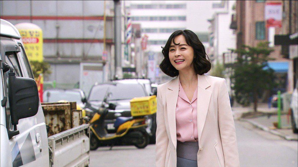 禹喜珍在戲中飾演工作運欠佳的保險規劃師。圖/東森戲劇台提供
