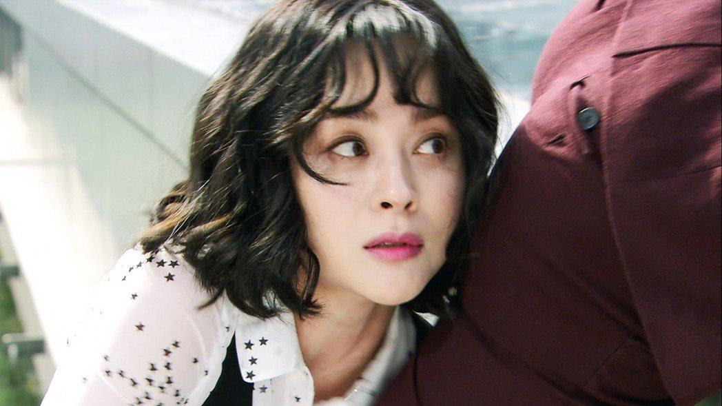 禹喜珍為救飾演老公的玄宇成,意外造成臉貼屁屁畫面。圖/東森戲劇台提供
