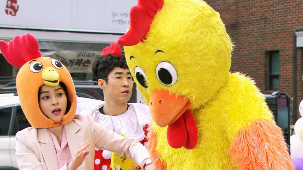 禹喜珍與玄宇成扮吉祥物在街上跳舞。圖/東森戲劇台提供