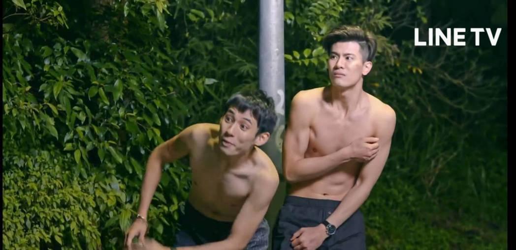 徐鈞浩(左)和吳承洋在陽明山上被導演扒光。圖/截圖自LINE TV