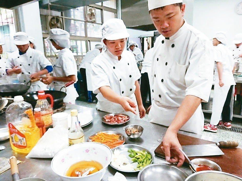 原本就對烹飪有興趣的陳瑩珊(右二),在學校選修技藝學程中餐烹飪。 圖/華山國中提...