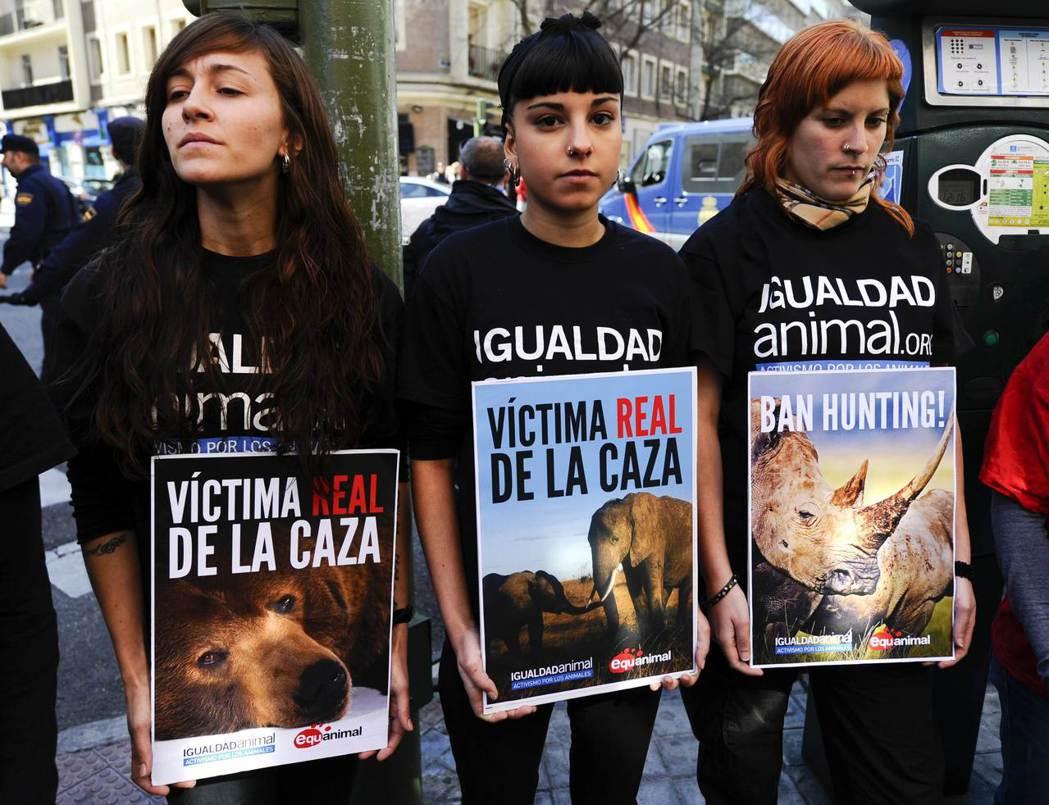 西班牙國王卡洛斯一世2012年的狩獵照引起西班牙民眾憤怒,還招致動保團體的批評。...