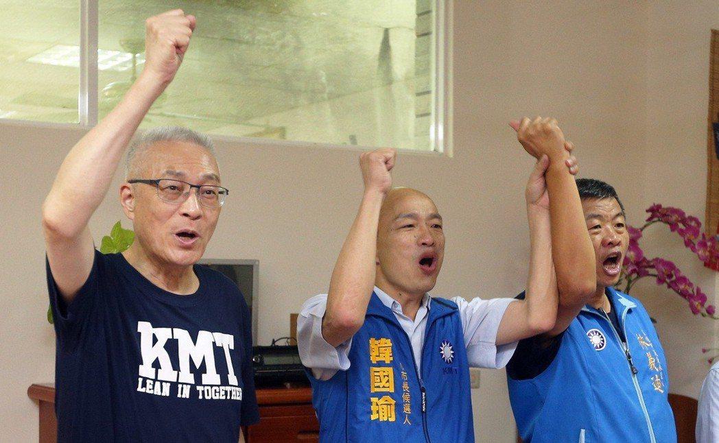 韓國瑜(中)去年選高雄市長走透透,國民黨主席吳敦義(左)時常陪同。 圖/聯合報系...