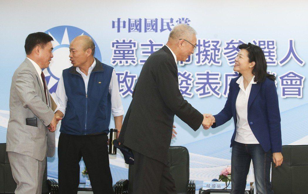 國民黨主席參選人郝龍斌(左起)、韓國瑜、吳敦義、潘維剛相互握手致意。 圖/聯合報...