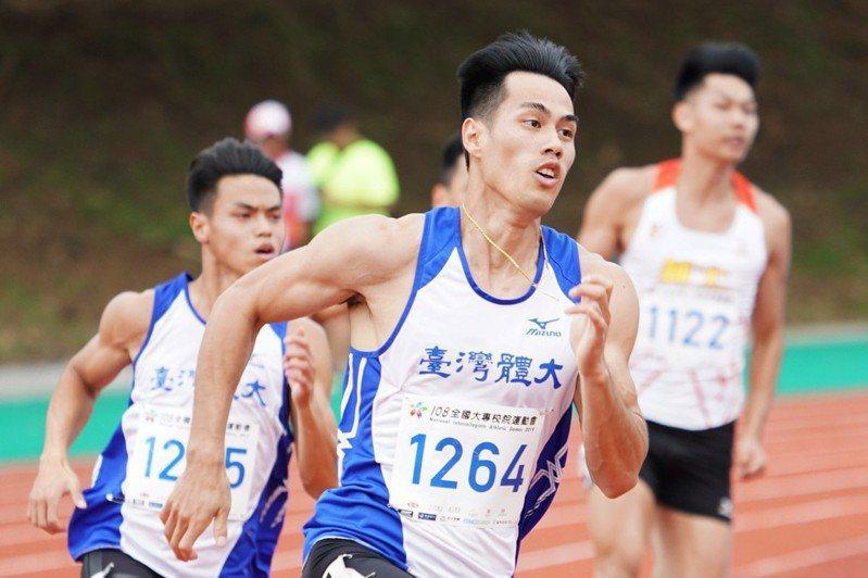 楊俊瀚(左二)在200公尺決賽以20秒37摘金。 圖/中正大學提供