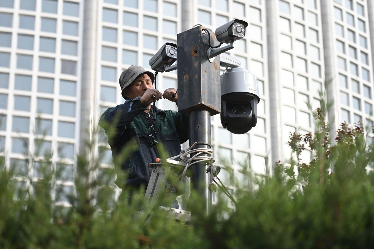 一名工人在大陸外交部前路口裝設安全監控鏡頭。 (法新社)