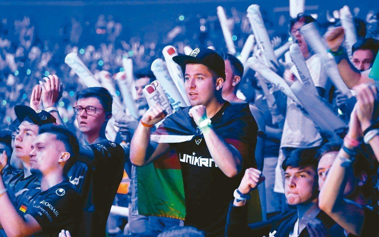 電競迷在場邊觀看ESL One決賽時情緒激昂。 路透