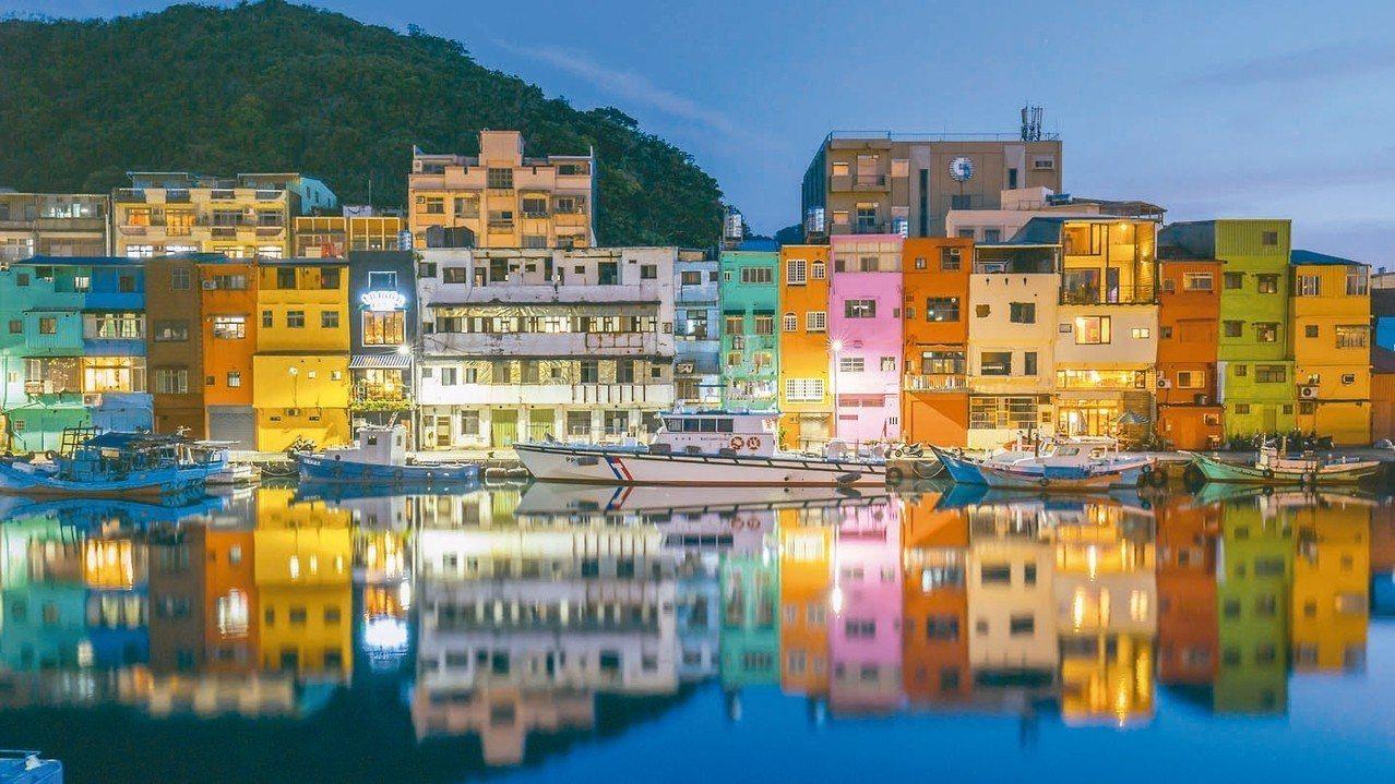 正濱漁港色彩屋與海面倒影絕美,成IG打卡熱點。 圖/基隆市政府提供