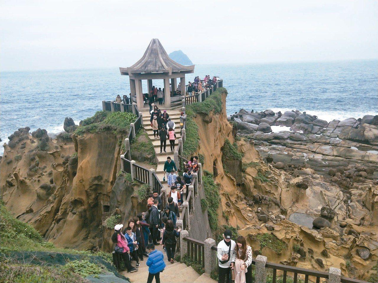 和平島環山臨海步道,在涼亭裡可看見美麗大海與遠方基隆嶼,是離島嶼最近的距離。 記...