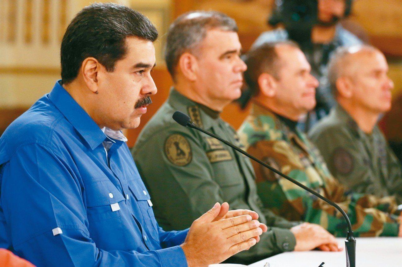 委內瑞拉總統馬杜洛(左)30日在軍方高層陪同下,於總統府發表電視演說。 路透