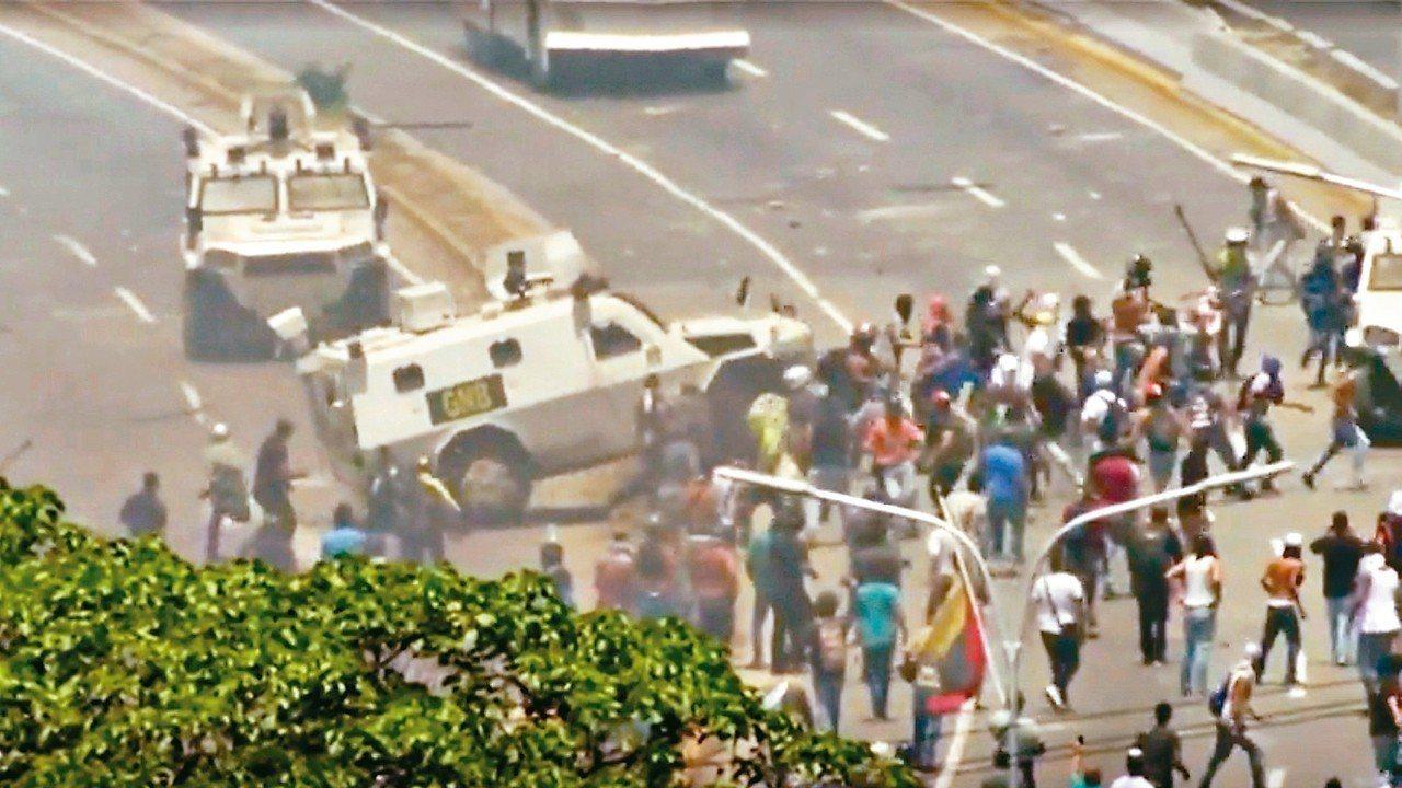 委內瑞拉國民兵車輛30日稍早衝撞抗議群眾。 路透