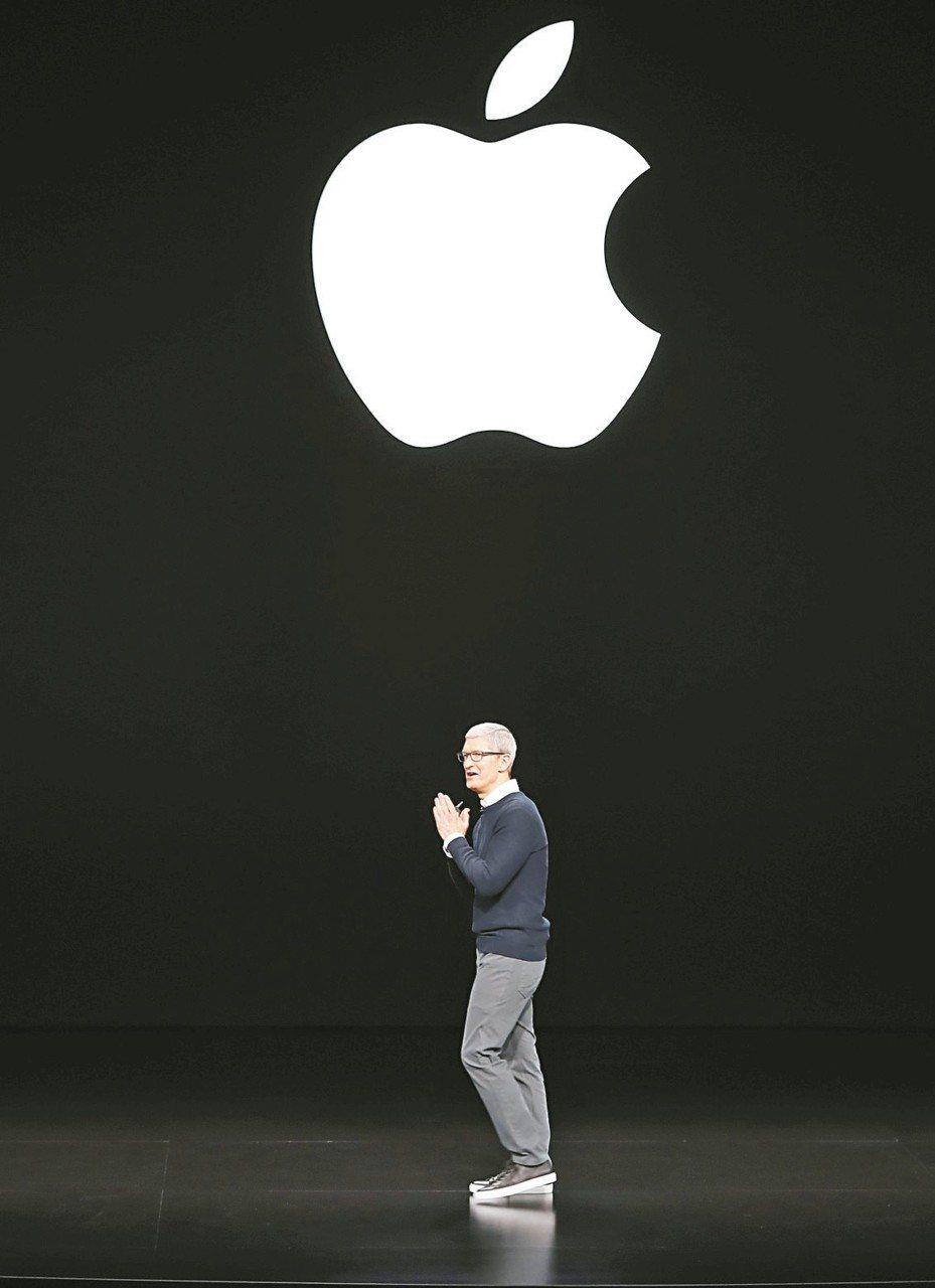 蘋果公布第一季財報,執行長庫克表示,服務營收及穿戴裝置、智慧家庭配件等產品線營收突破歷史紀錄。 路透