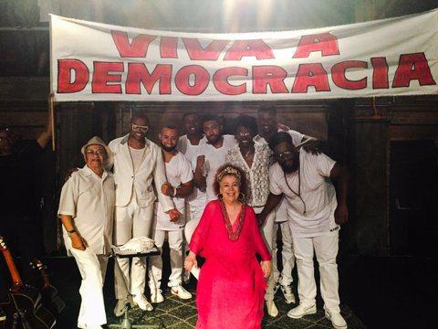 巴西歌手貝斯卡巴友(Beth Carvalho)的公關人員及醫院說,「森巴教母」貝斯卡巴友今天在里約熱內盧因敗血症離世,享壽72歲。法新社報導,公關人員發聲明說:「我們親愛的貝斯卡巴友今天下午5時3...