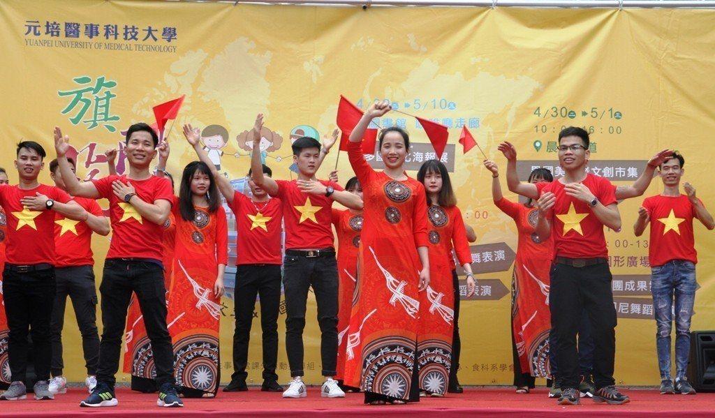 元培餐管系越南同學表演歌唱。 元培/提供