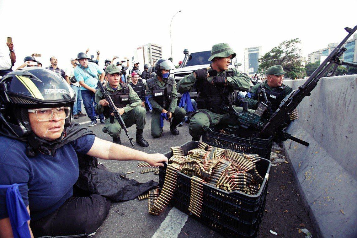 機場周邊,瓜伊多的起義軍。 圖/美聯社