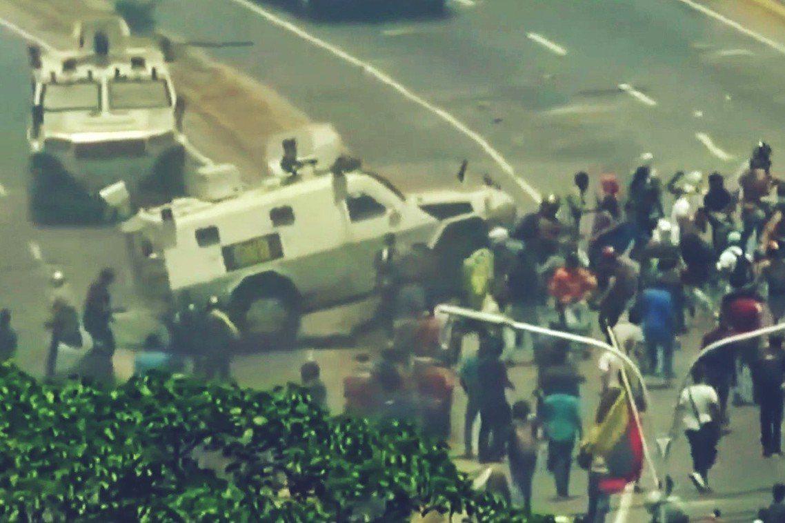 碾壓瓜伊多支持者的馬杜羅軍隊甲車。 圖/路透社