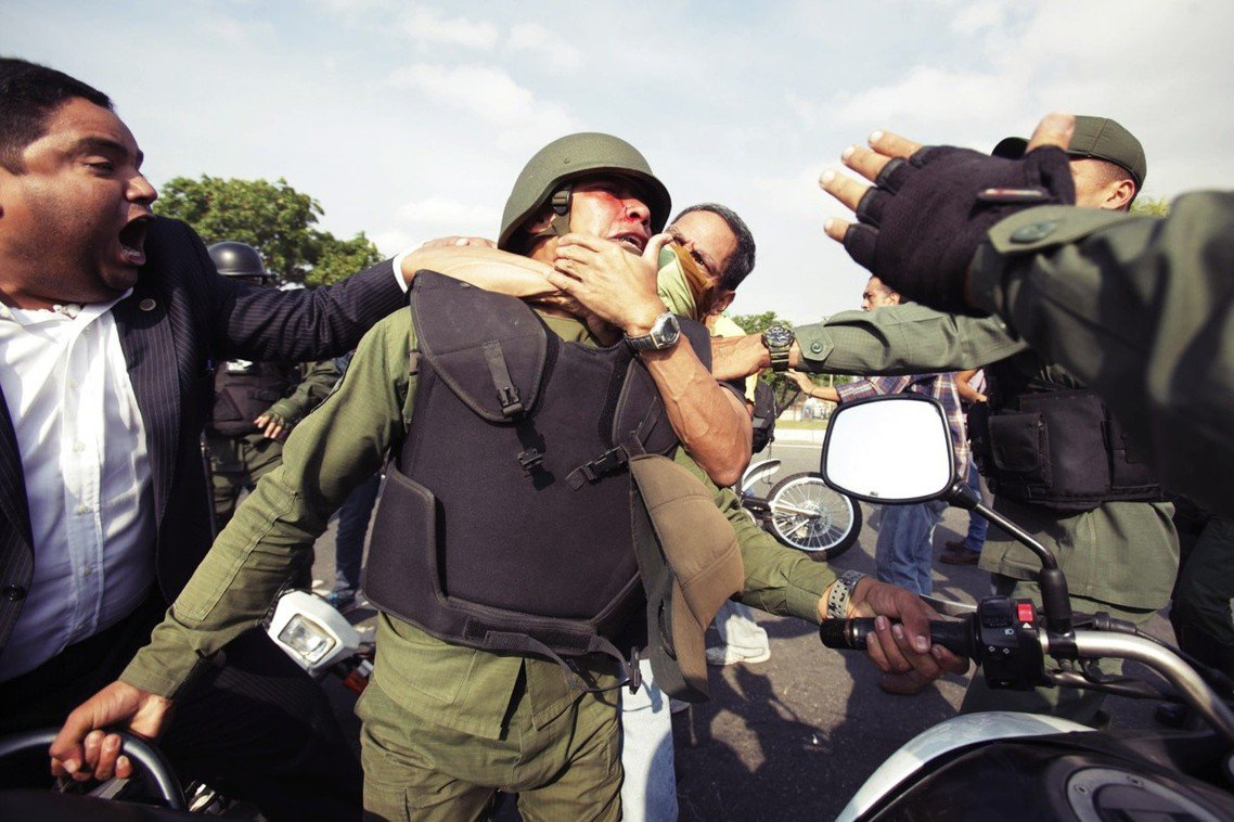 被示威者俘虜的馬杜羅軍隊。 圖/美聯社