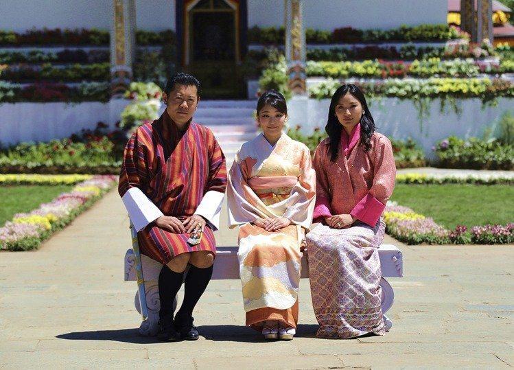 真子公主(中)出訪不丹,和不丹國王、皇后合影。圖/美聯社