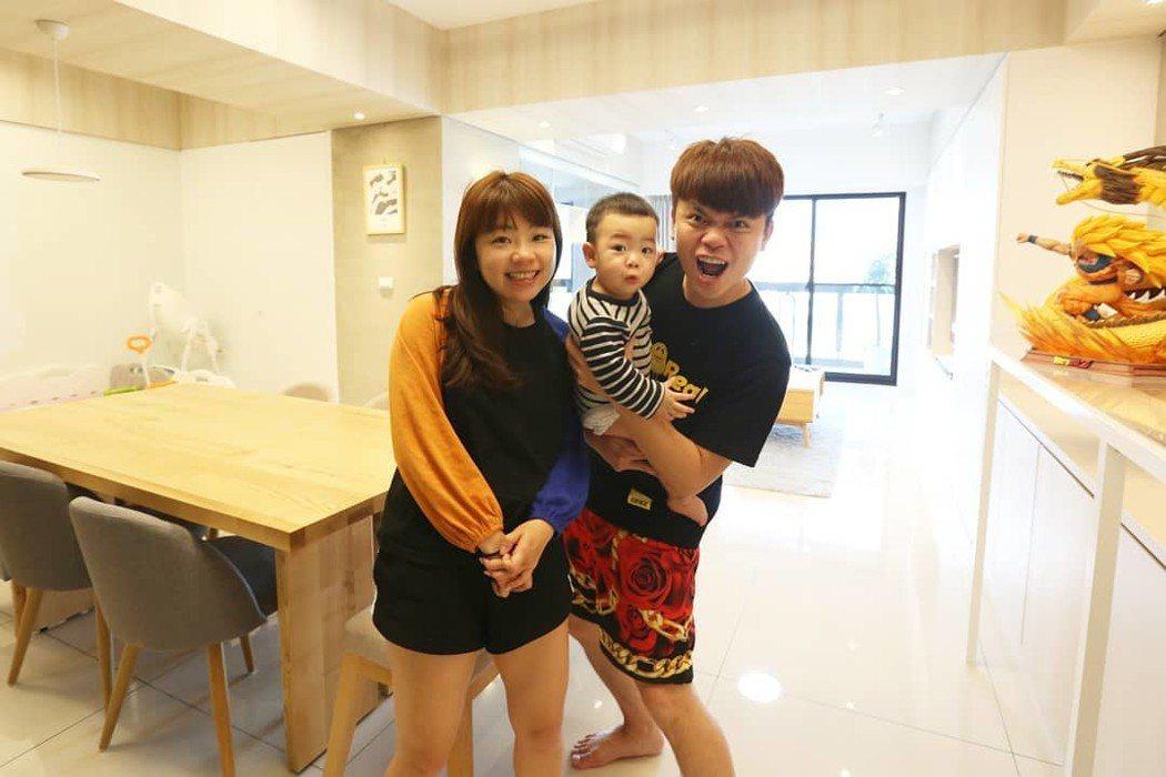 蔡阿嘎與老婆二伯、兒子蔡桃貴最近搬到新家。