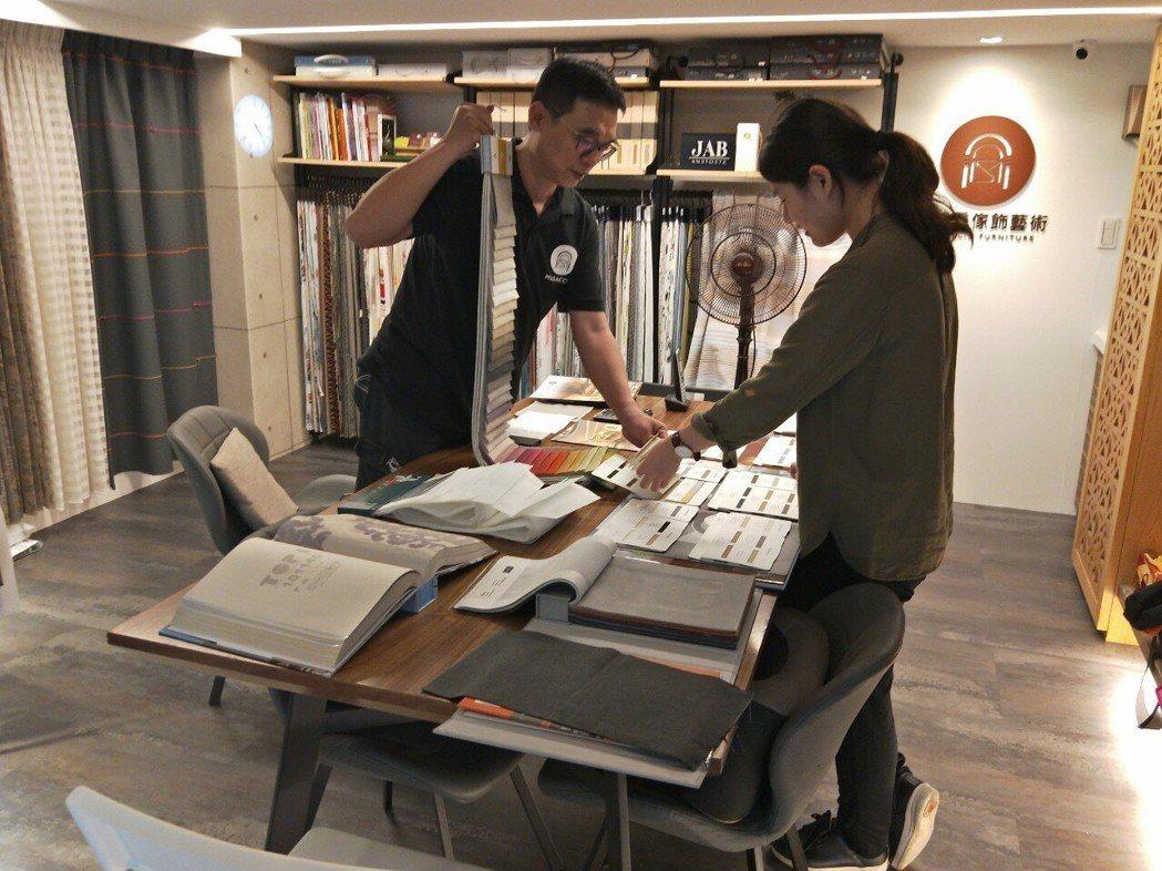 馬薩喬傢飾藝術提供客戶窗簾傢飾設計相關諮詢服務。 馬薩喬傢飾藝術/提供