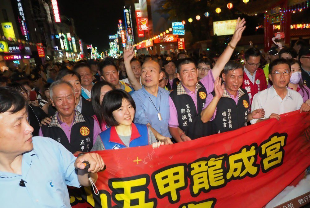 韓國瑜(中)4月26日赴龍成宮為媽祖祝壽,並與民眾一同沿著五甲路踩街祈福。攝影/...