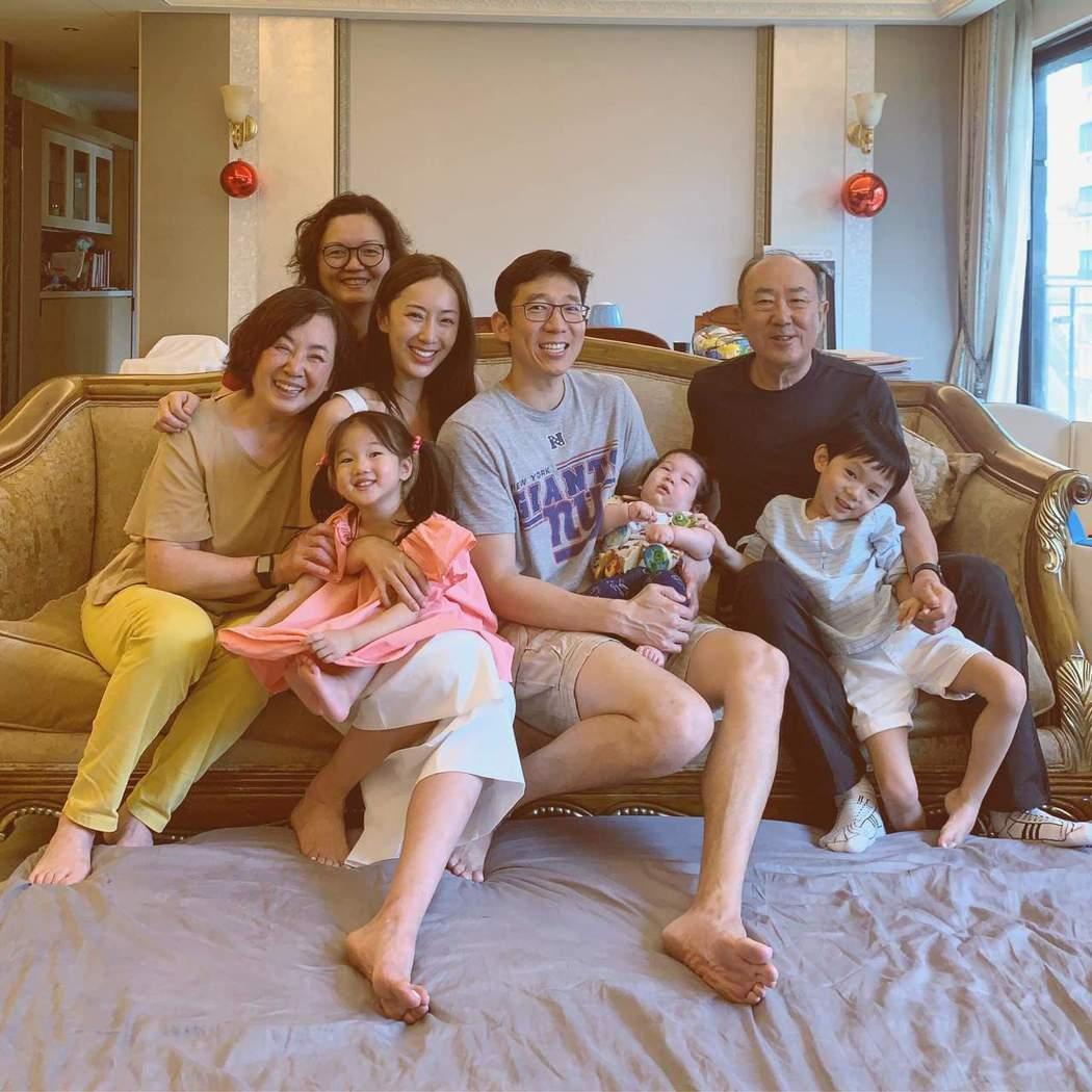 隋棠與家人為兒子Olie慶祝收涎。圖/摘自臉書