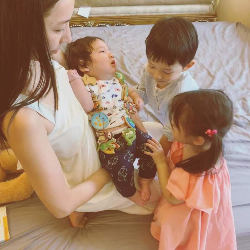 隋棠與3個孩子。圖/摘自臉書