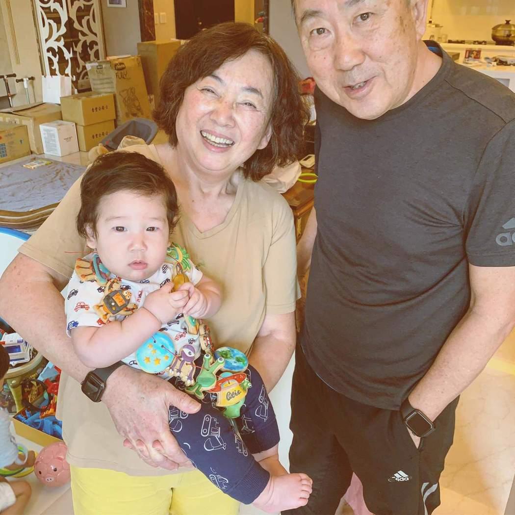 隋棠的父母與小兒子Olie。圖/摘自臉書